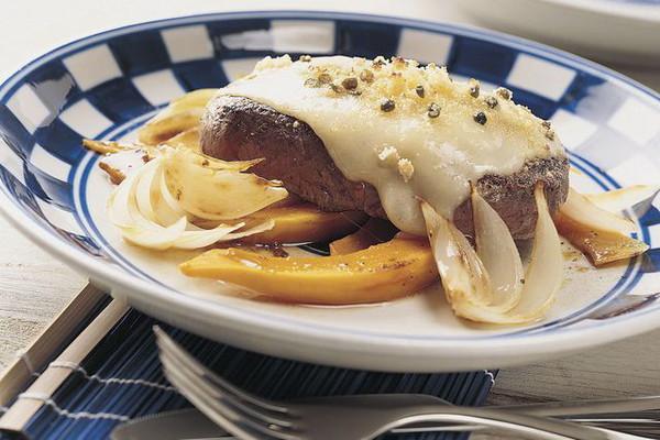 Антрекот с луком и сыром