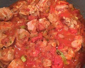 Баранина с чесноком, тушенная в винно-томатном соусе