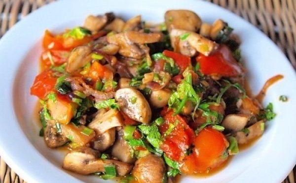 Грибное рагу с картофельной соломкой