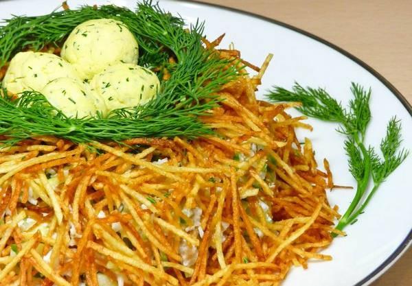 Картофельные гнезда с китайским салатом