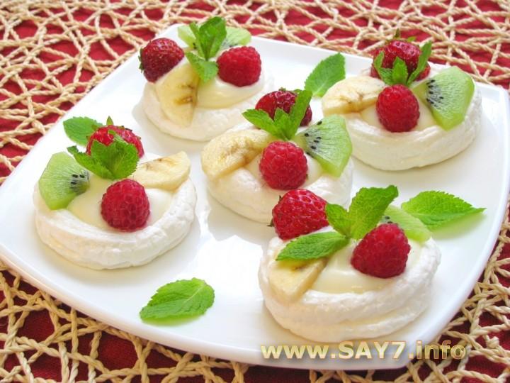 Меренга с фруктами и мороженым