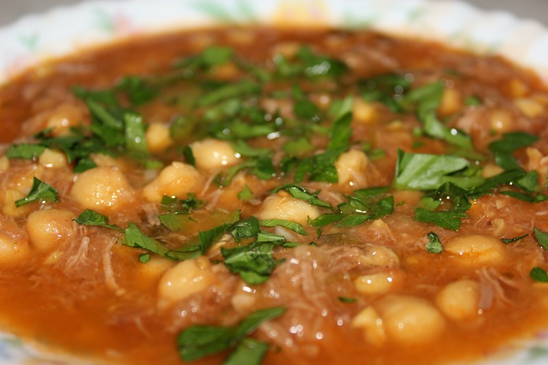 Мясной суп с горохом и фасолью