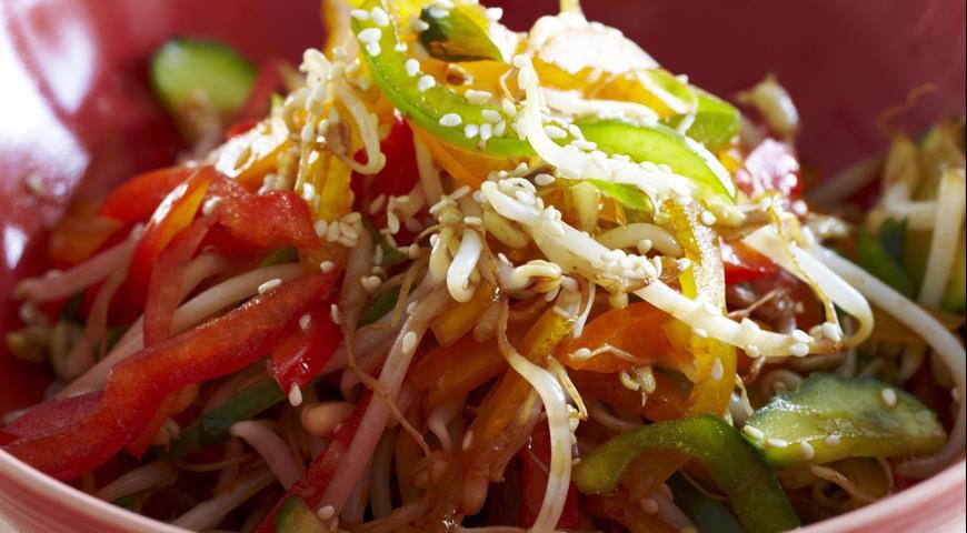 Огуречный салат со сладким перцем