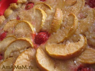 Песочный пирог с клубникой и яблоками
