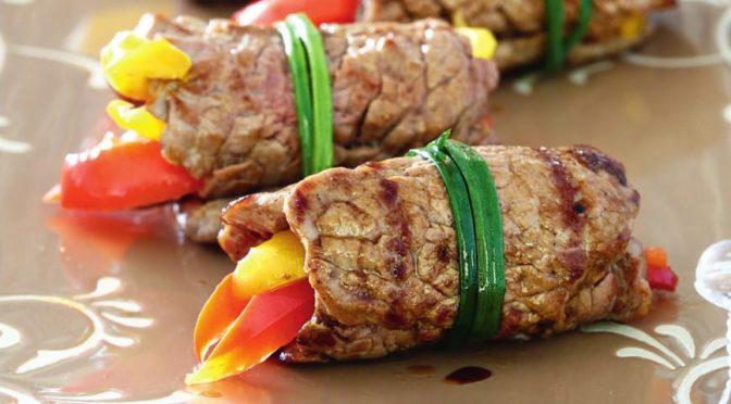 Рулет из свинины с перцем и сельдереем