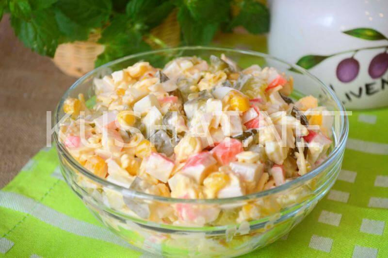 Салат из крабов с соленым огурцом