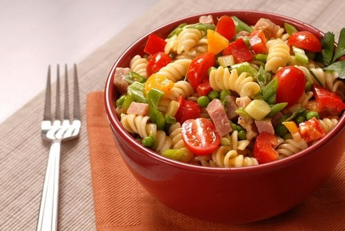 Салат из макарон с овощами и ветчиной