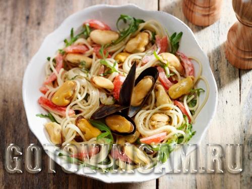 Салат из мидий с макаронами