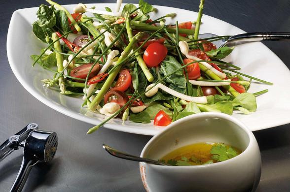 Салат из спаржи с бобовыми ростками