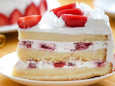 Торт бисквитный клубничный