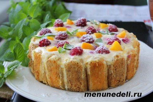 Торт из бисквитного печенья с фруктами