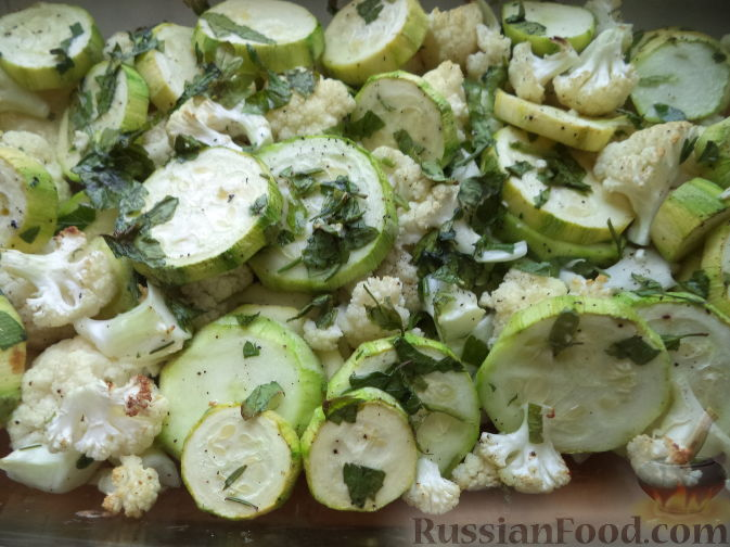 Кабачки, фаршированные цветной капустой и овощами