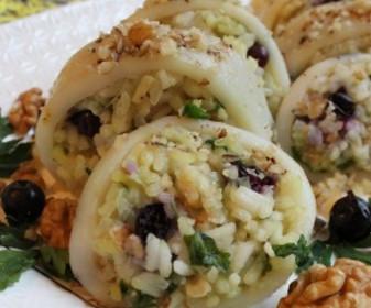 Кальмары, фаршированные рисом и грецкими орехами