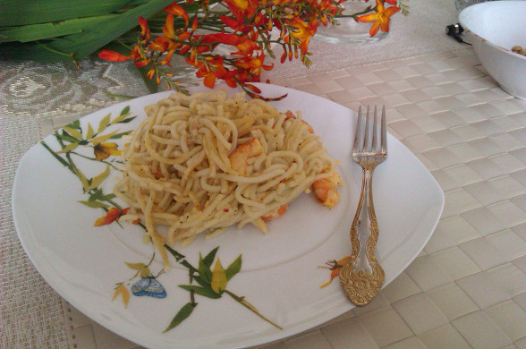 Свекла, фаршированная креветками, со сметанным соусом