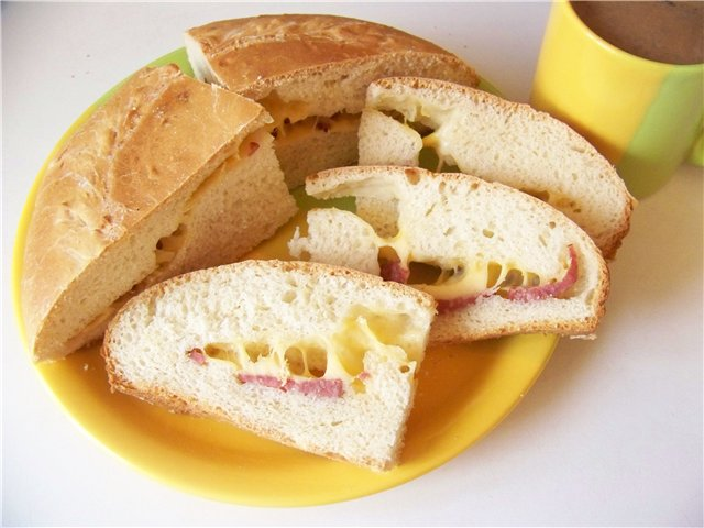 Хлеб пшеничный «Чиабатта» с салями и сыром