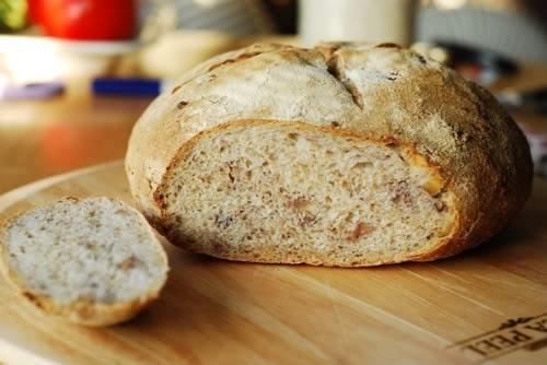 Хлеб пшеничный с грудинкой и грецкими орехами