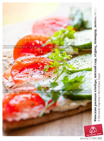 Хлебцы с помидорами и зеленью петрушки