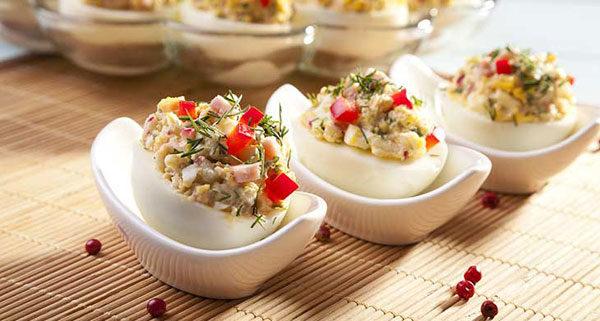 Яйца, фаршированные лососем и овощами