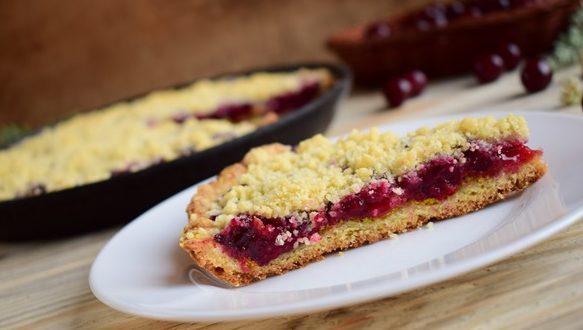 Пирожки с консервированной вишней и сахарной крошкой