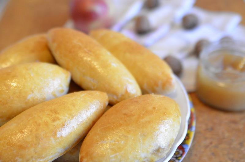 Пирожки с яблочным повидлом и сиропом
